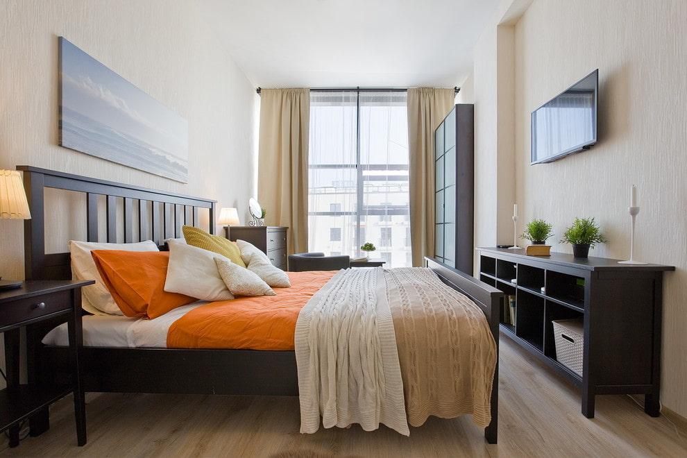 Обстановка в спальне вытянутой формы