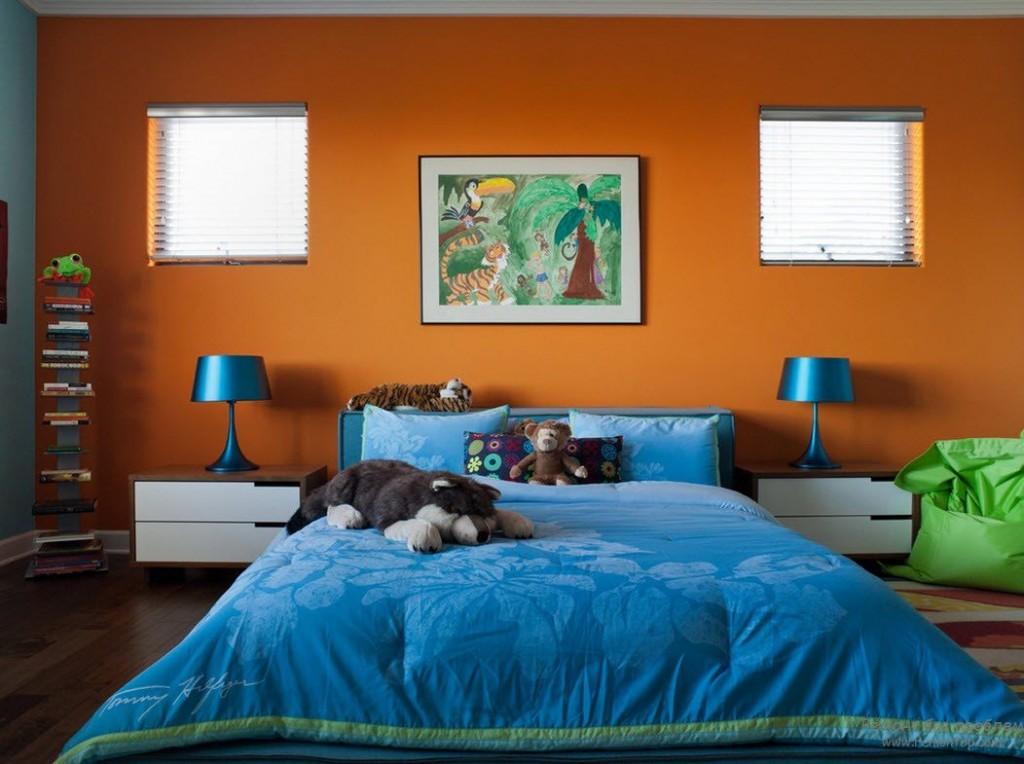 Небольшие окошки в стене оранжевого цвета