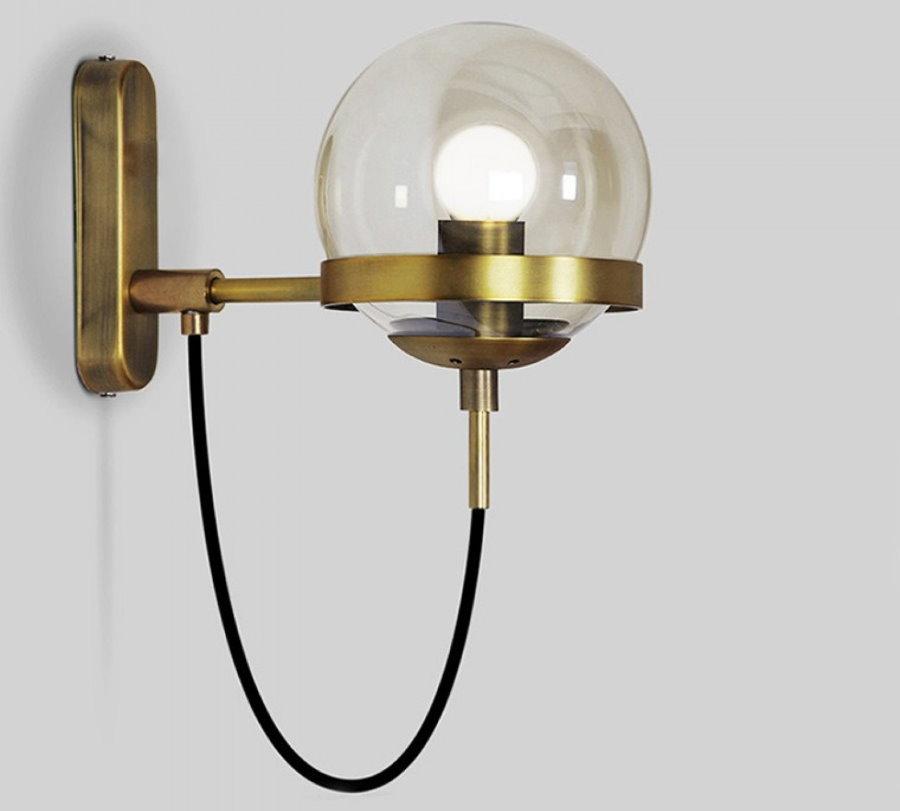 Светильник в стиле ретро на стене в коридоре