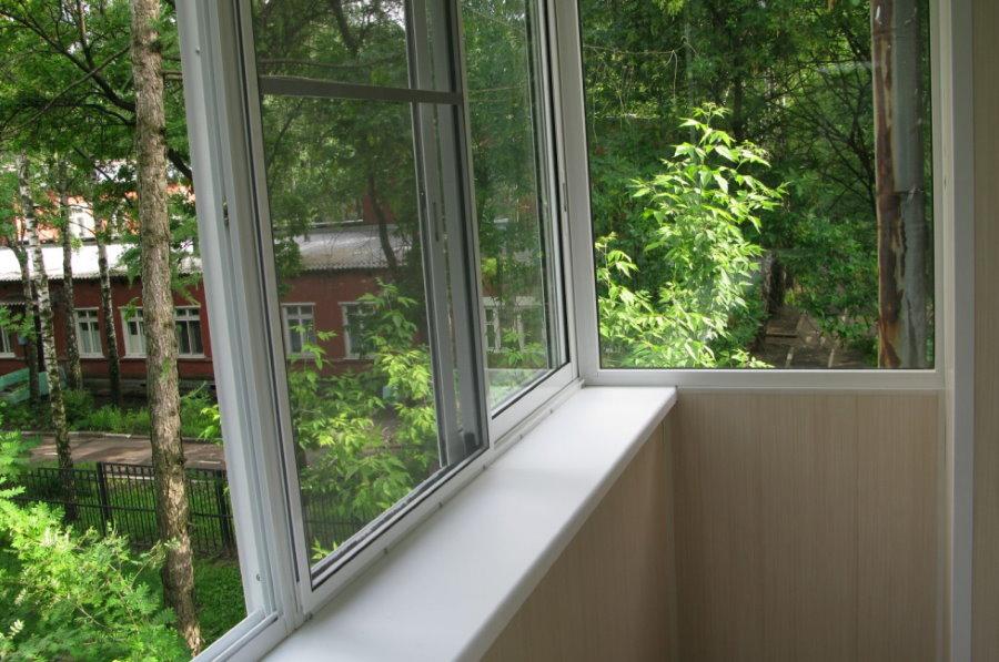 Раздвижное остекление балкона в хрущевке