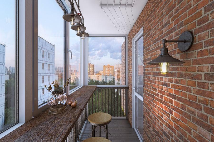 Кирпичная стена балкона с большими окнами