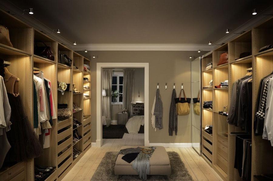 Грамотное освещение в отдельной гардеробной комнате