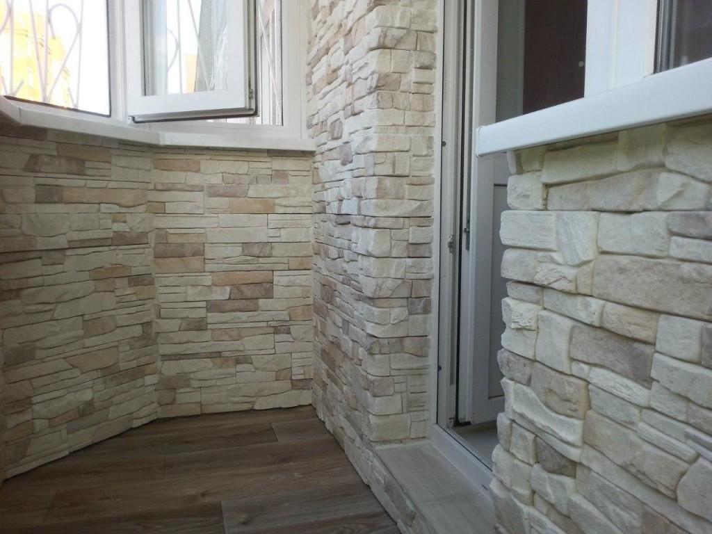 Искусственный камень на стене застекленного балкона