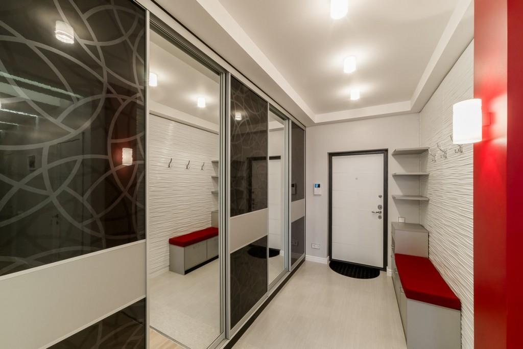 Светлая отделка стен и потолка в прихожей стиля хай-тек
