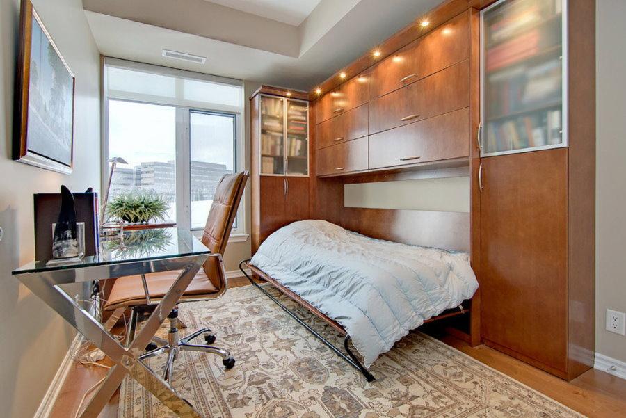 Рабочий стол в спальне с откидной кроватью