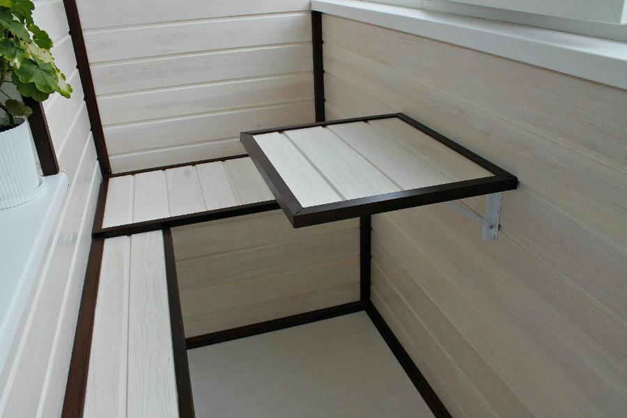 Небольшой откидной столик из сосновой вагонки