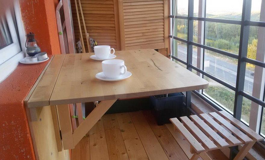 Откидной столик на стене балкона многоэтажного дома