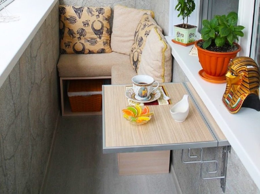 Аккуратный подвесной столик с алюминиевой окантовкой