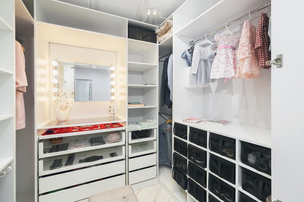 Зеркало в гардеробной комнате для девочки
