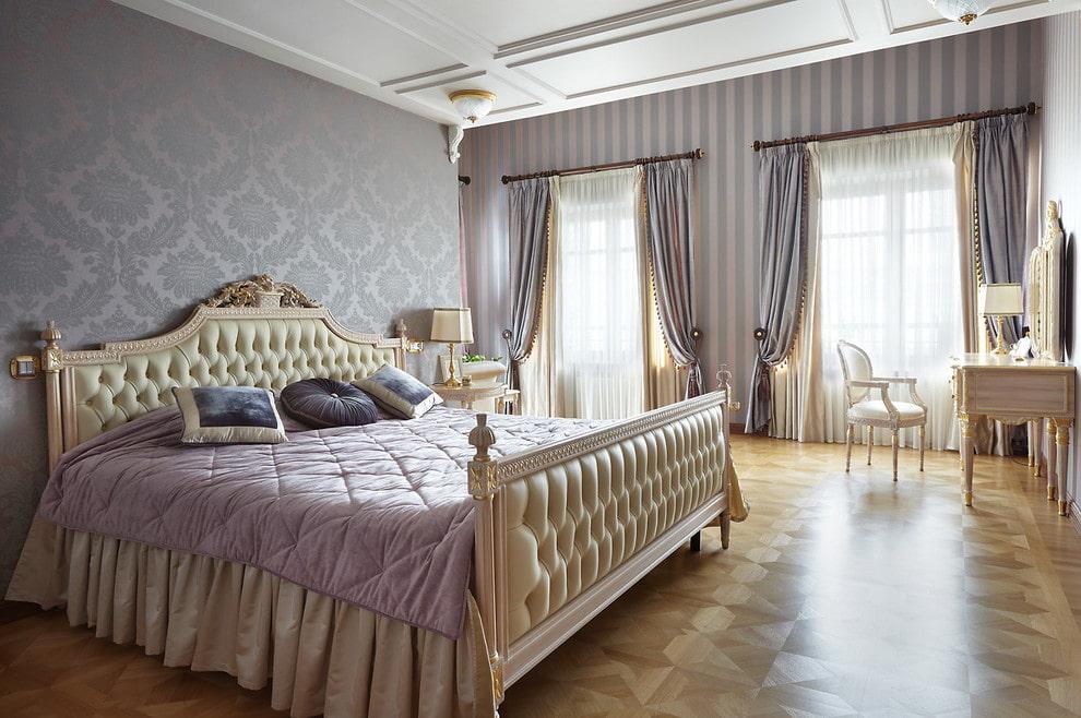 Классическая кровать со спинками бежевого оттенка