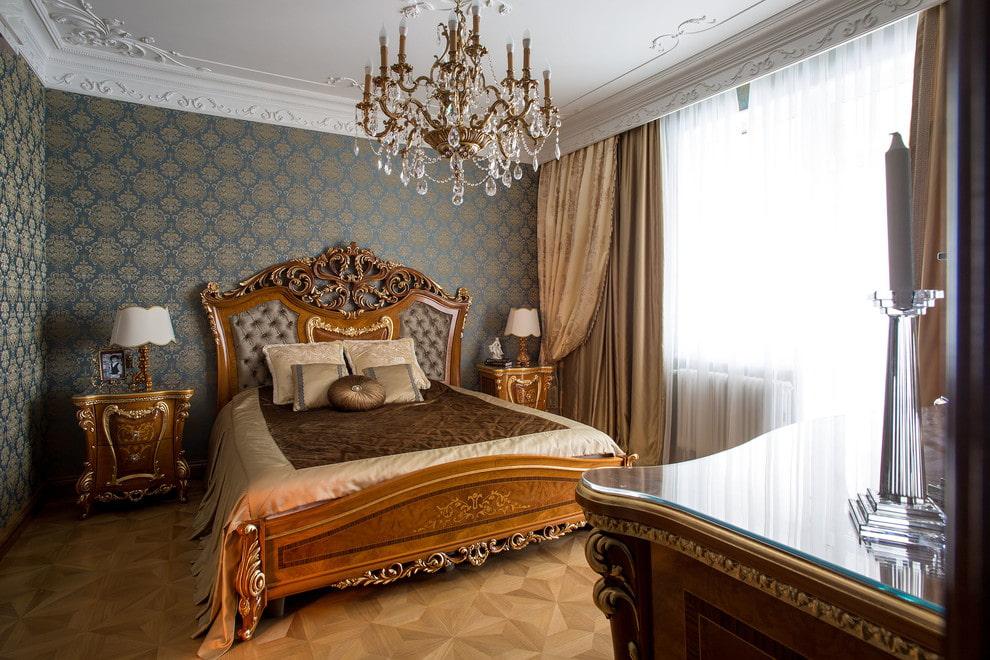 Кровать из натурального дерева в стиле классики