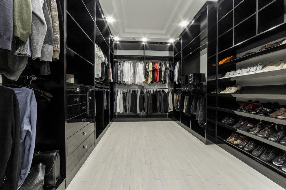 П-образная планировка гардеробной с черной мебелью