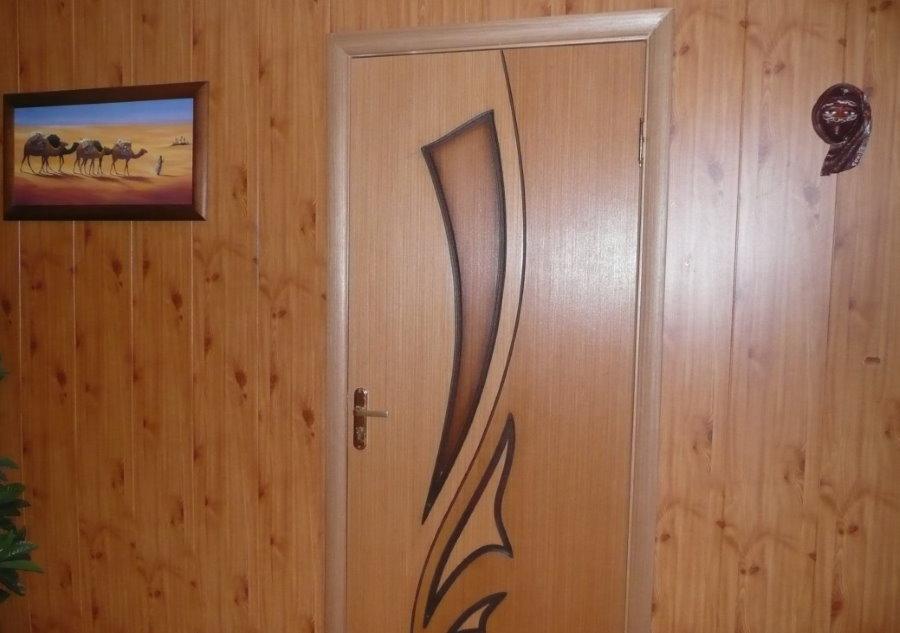 Отделка стен прихожей вертикальными панелями