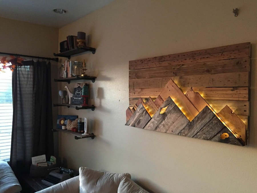 Деревянное панно с подсветкой над диваном в гостиной