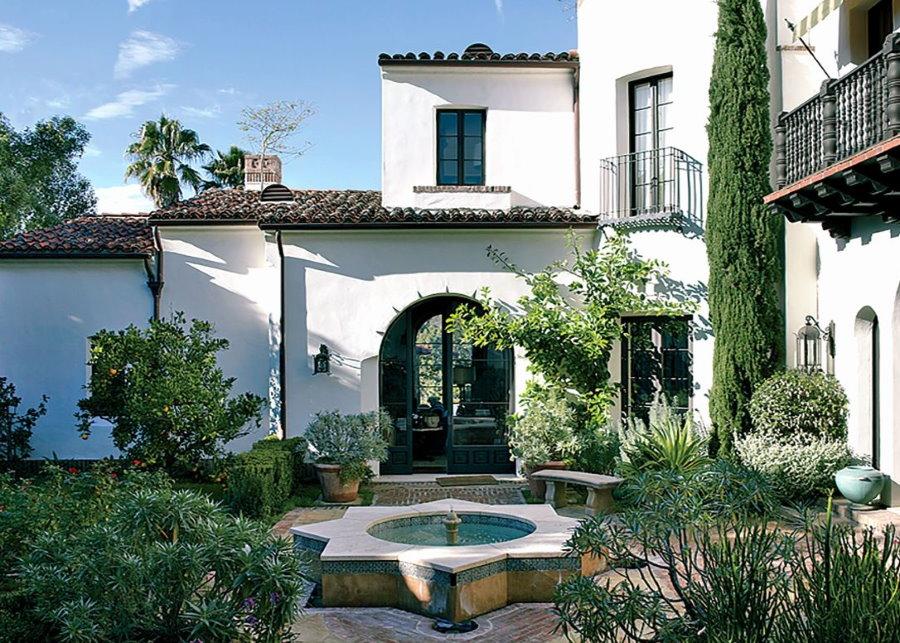 Фото внутреннего дворика в испанском стиле