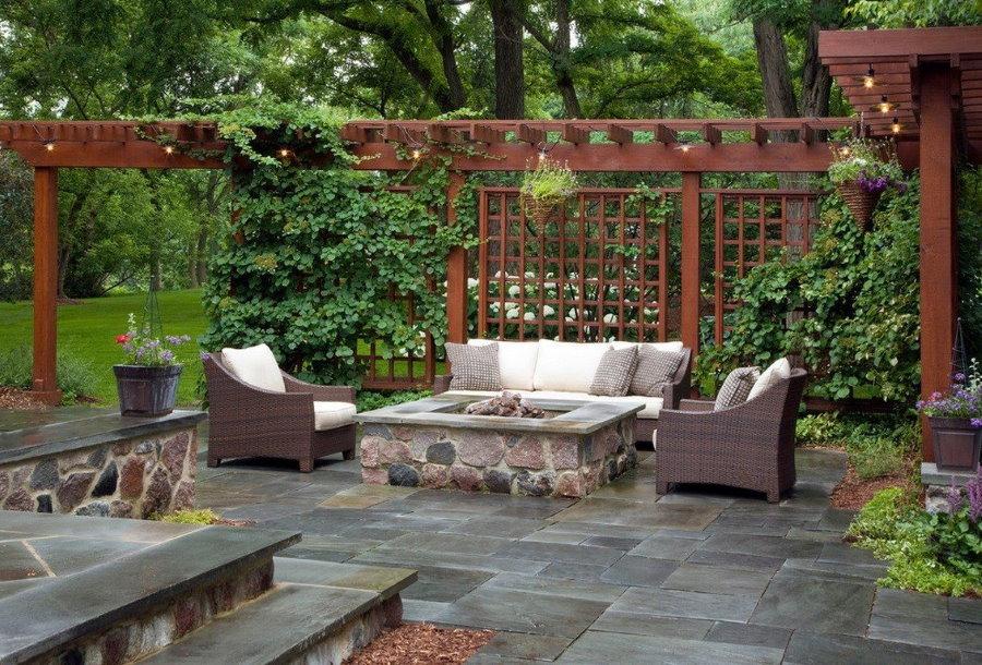 Деревянная шпалера между патио и садом