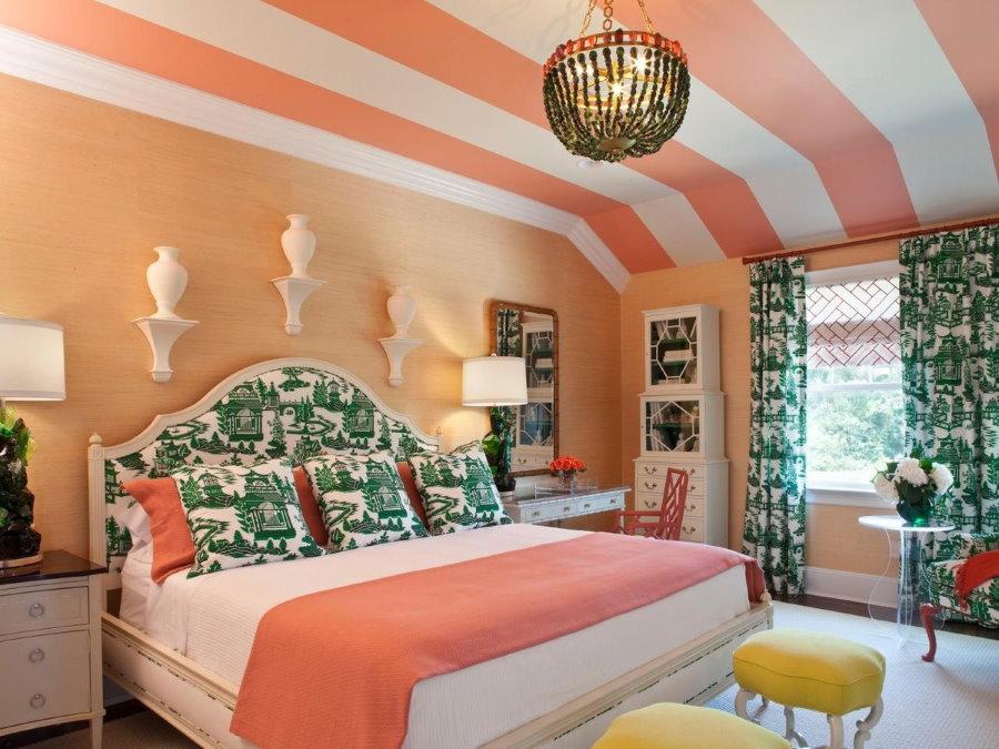 Полосатая окраска потолка в спальне