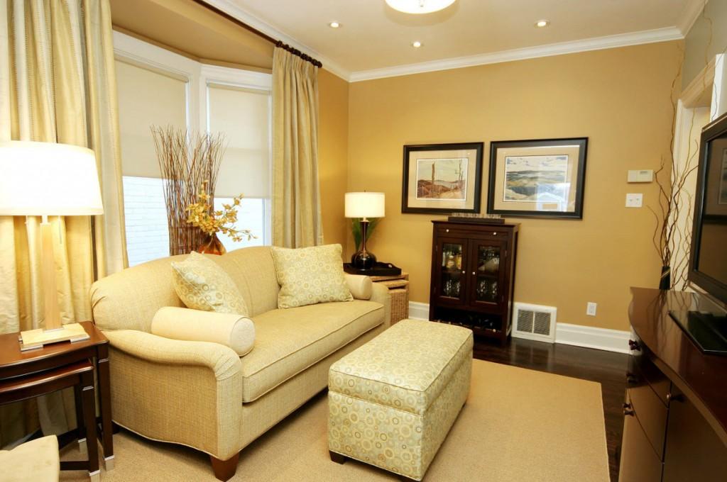 Обои песочного цвета в комнате с диваном