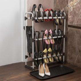 Узкая обувница из полимерных трубок