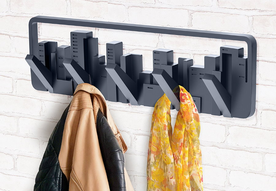 Компактная вешалка из черного пластика на кирпичной стене