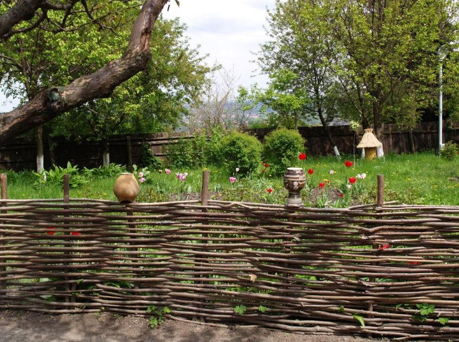 Плетенный забор из ивы на дачном участке