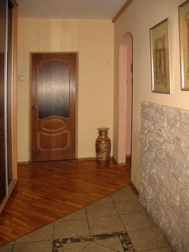 Отделка пола керамической плиткой перед дверью в прихожей