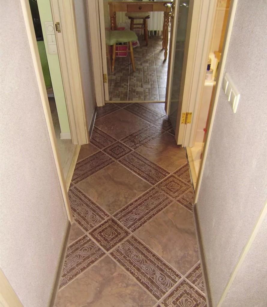 Узкий коридор с керамической плиткой