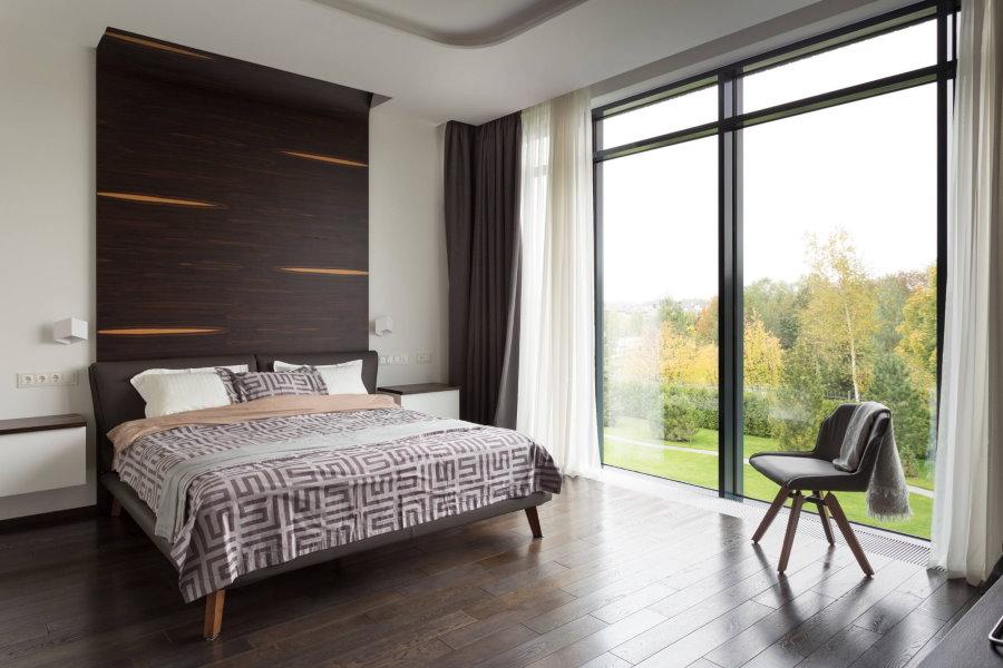Черные шторы и белый тюль на панорамном окне спальни