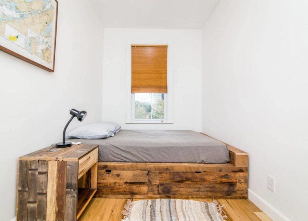 Деревянный подиум с удобной кроватью