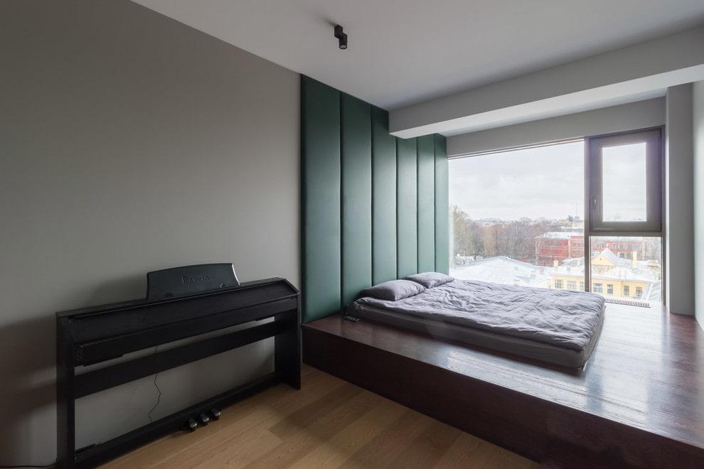Панорамное окно в спальне с подиумом