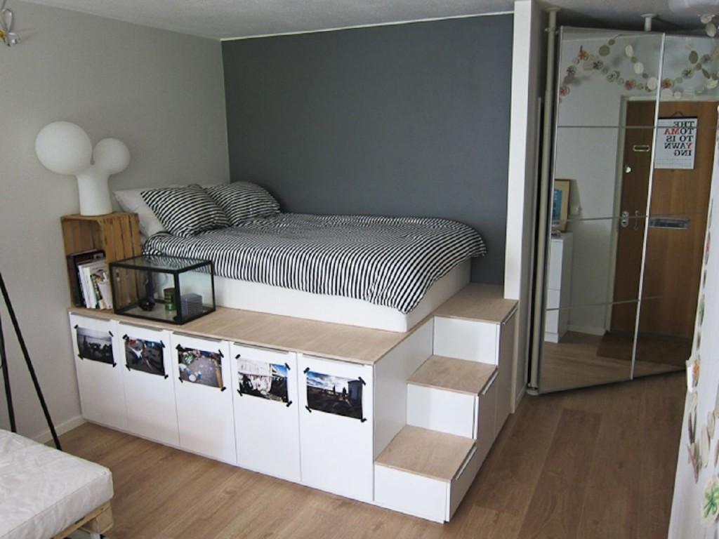 Кровать на подиуме с небольшими ступеньками