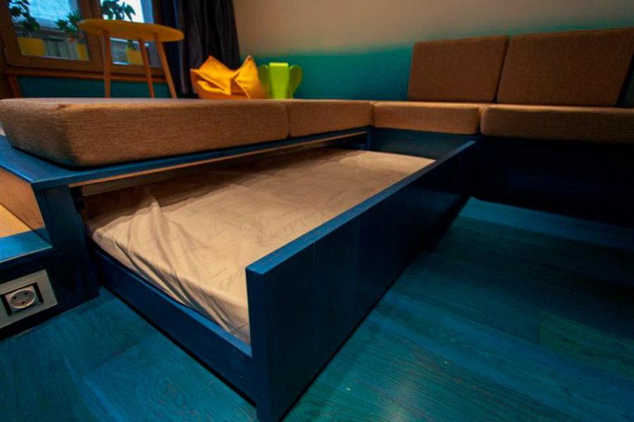 Выдвижная кровать в подиуме из листового материала