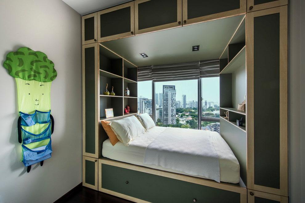 Кровать на подиуме у панорамного окна