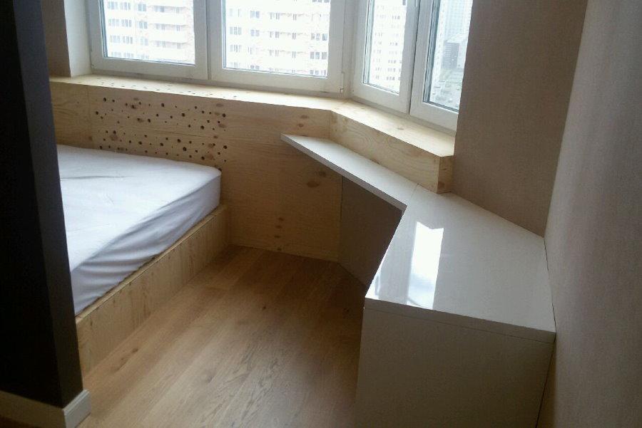 Подиум с кроватью в эркере трехкомнатной квартиры