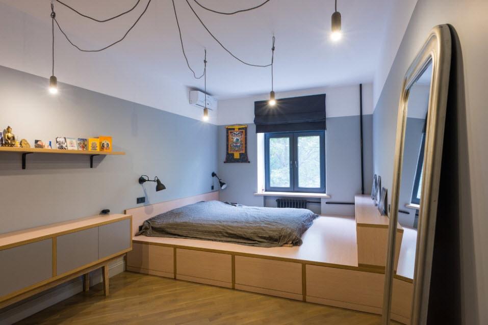 Кровать-матрас на подиуме во всю ширину комнаты