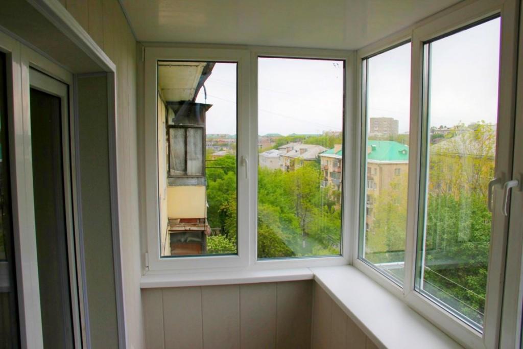 Подоконник в выносом на застекленном балконе