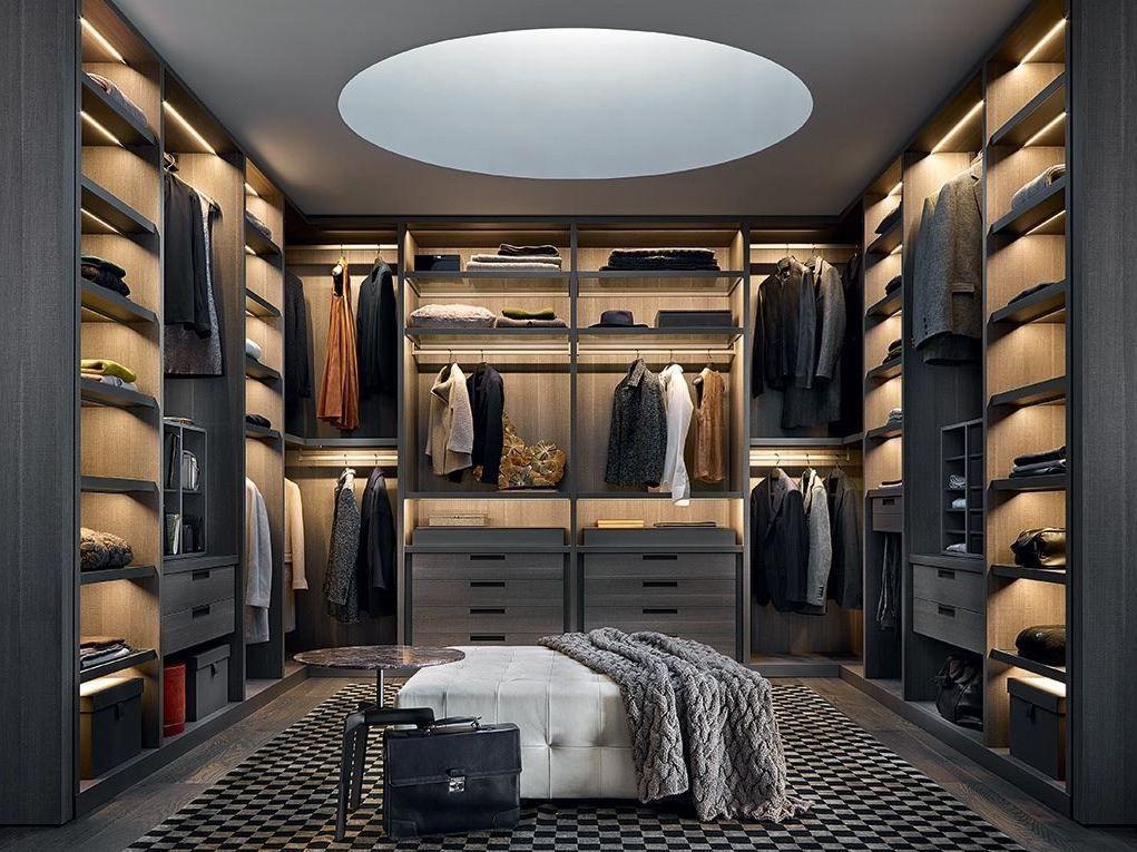 Подсветка открытых полок в просторной гардеробной