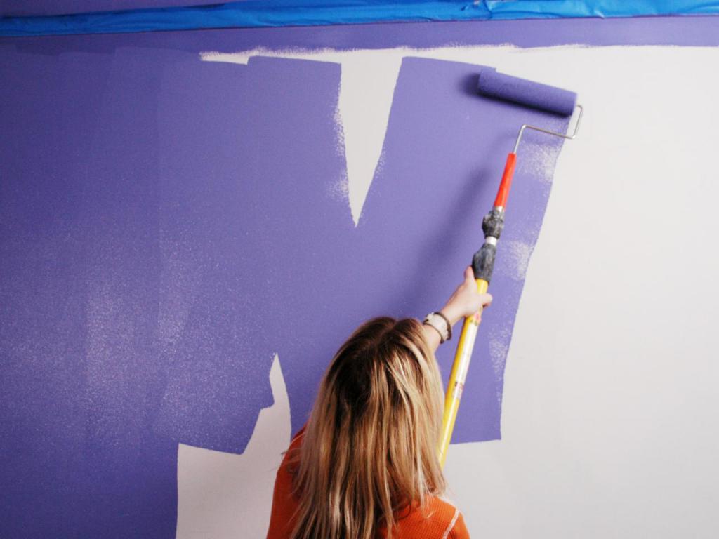Покраска стены валиком с длинной рукояткой
