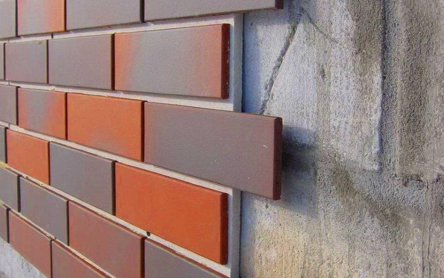 Полимерпесчаная панель под кирпич на стене из блоков
