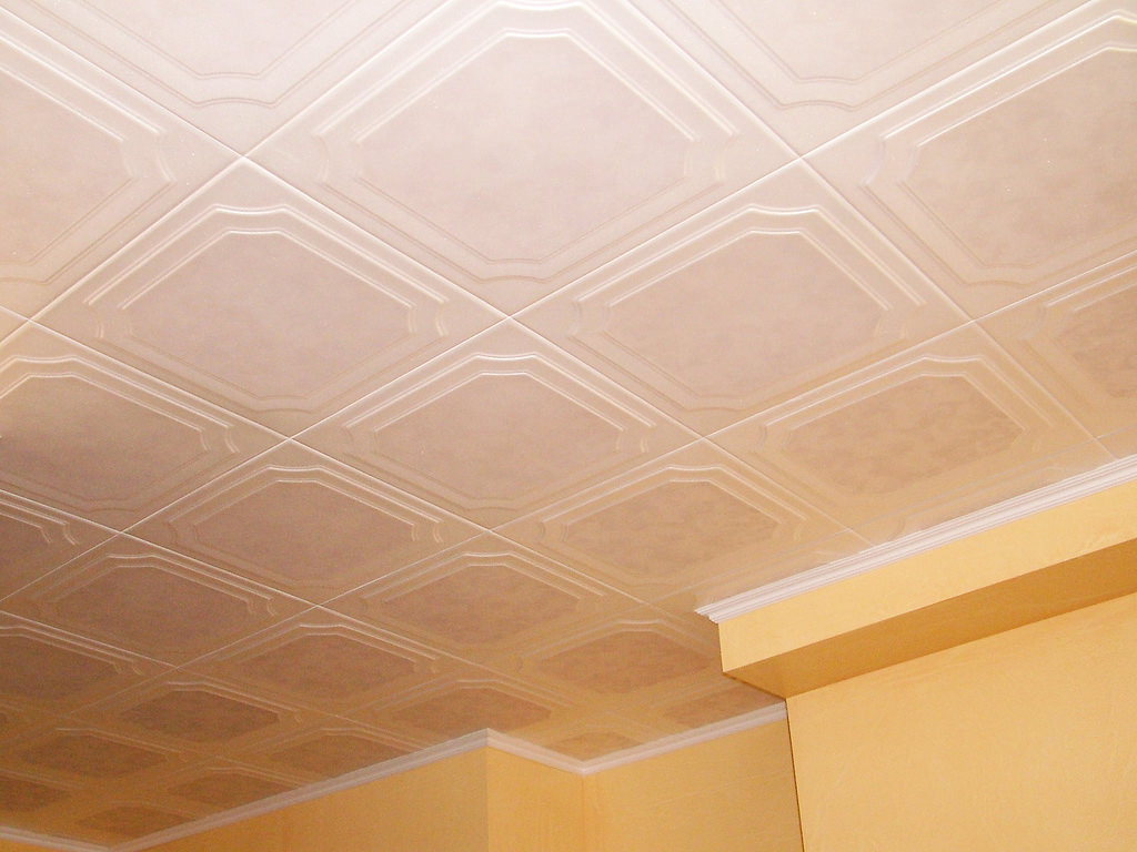 Оклейка потолка прихожей пенопластовой плиткой