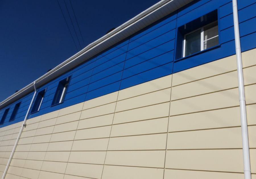 Стена промышленного здания с облицовкой полиуретановыми панелями