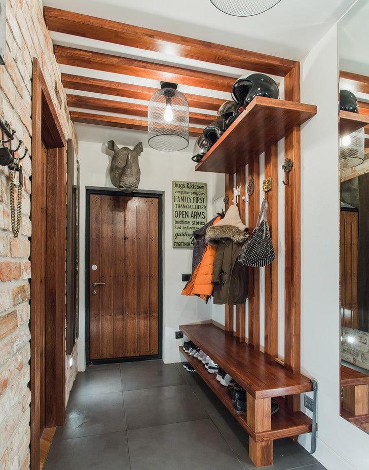 Деревянная вешалка с полочками для хранения обуви