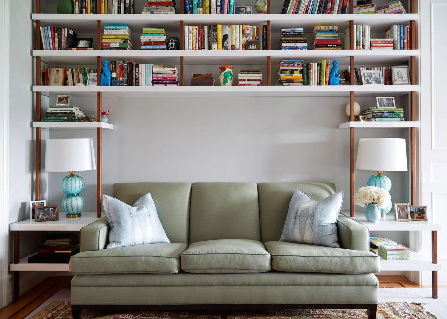 Полки с книгами над раскладным диваном