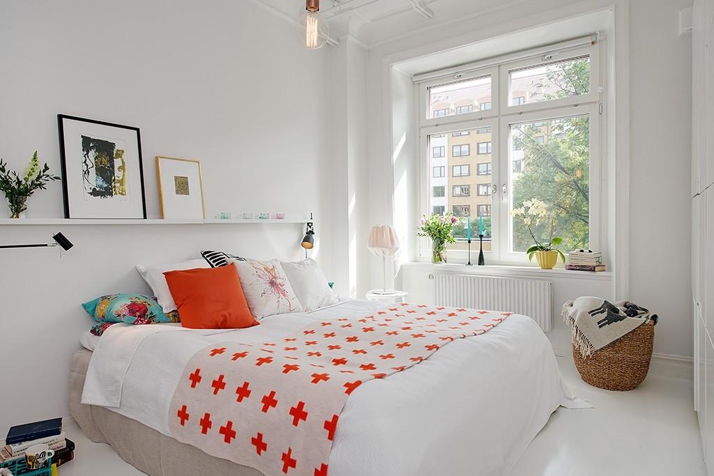 Плетенная корзина перед окном в спальне