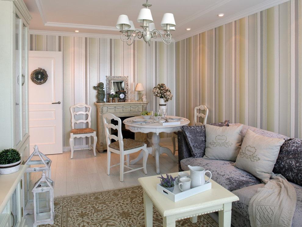 Полосатые обои в комнате с красивой мебелью