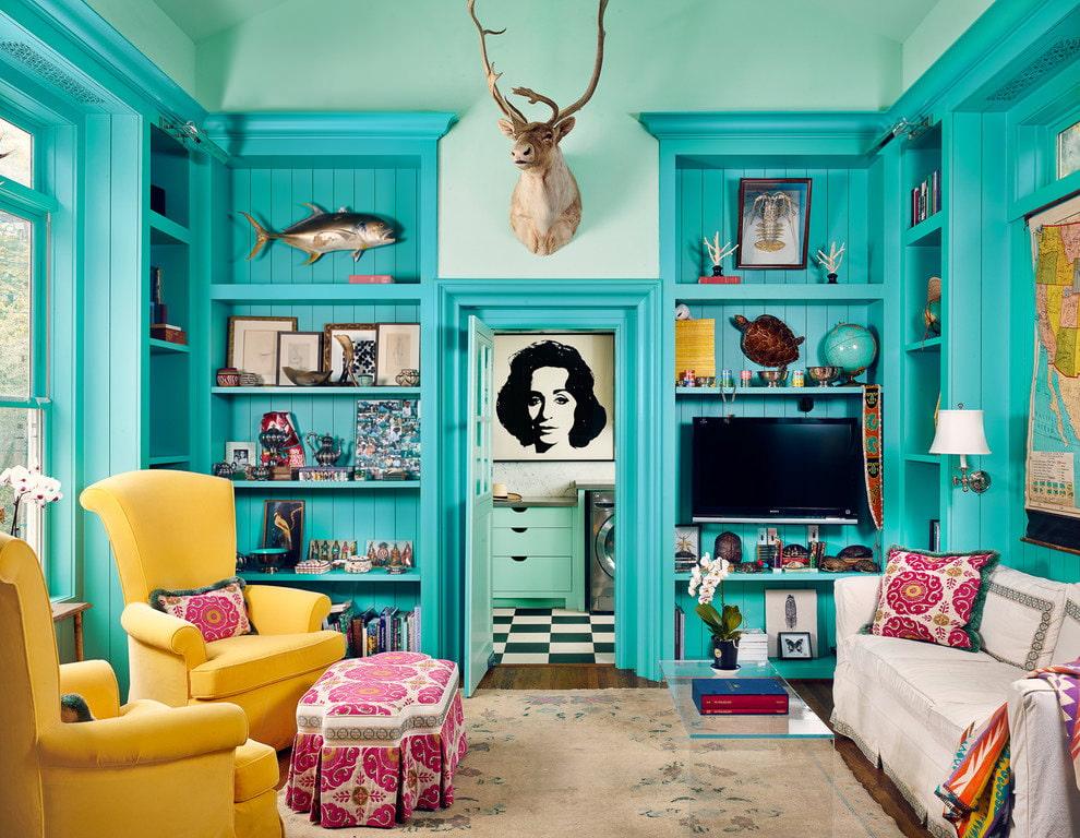 Встроенная мебель бирюзового тона в уютной гостиной