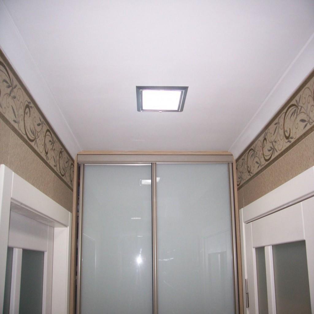 Квадратный светильник на потолке маленькой прихожей