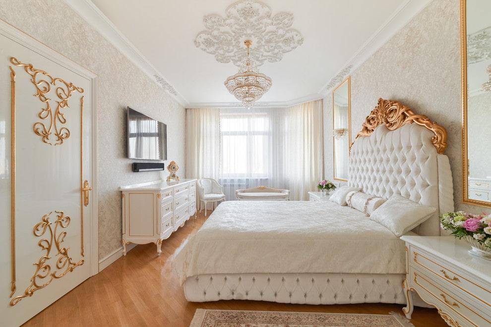 Позолоченный декор на спинке кровати в стиле классики