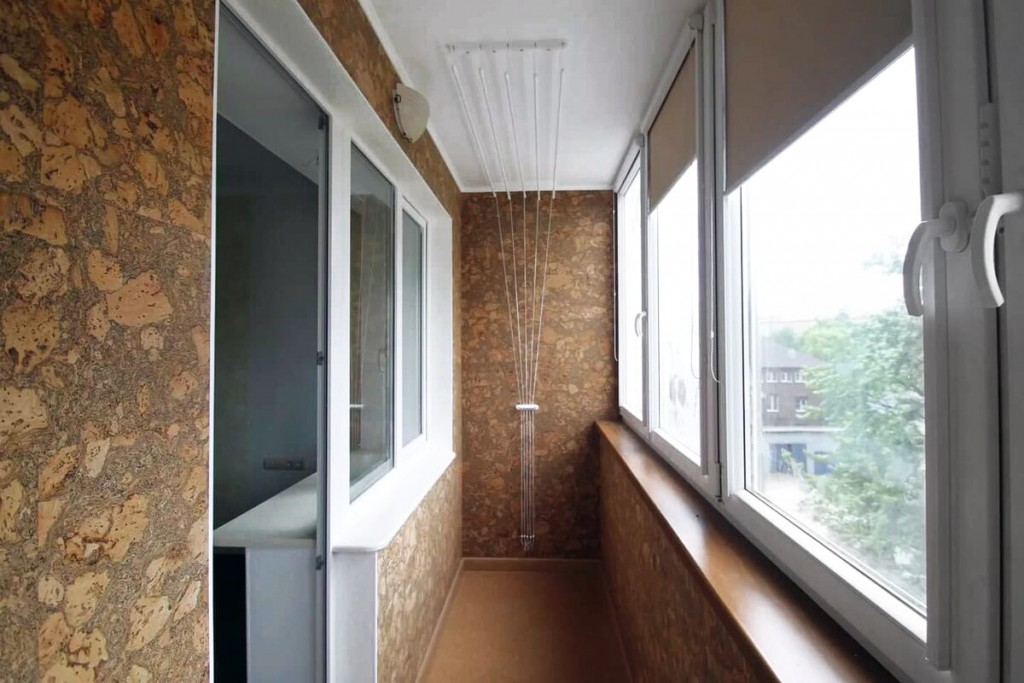 Пробковые панели на стене балкона с ПВХ-окнами