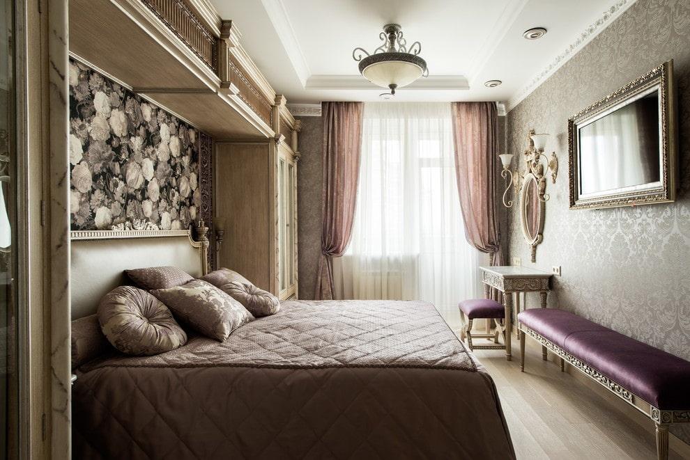 Узкая лавочка вдоль стены спальной комнаты